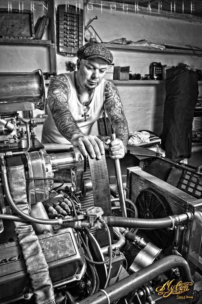 Schwarzweissbild mit Pepe als Mechaniker.