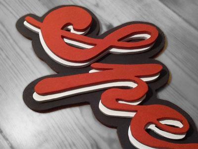 ausgeschnittene gestapelte Buchstaben