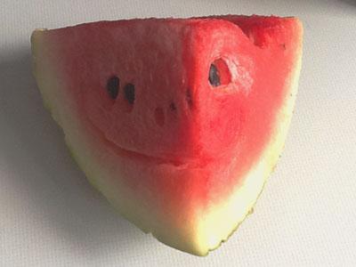 Melone die aussieht, als ob sie grinst