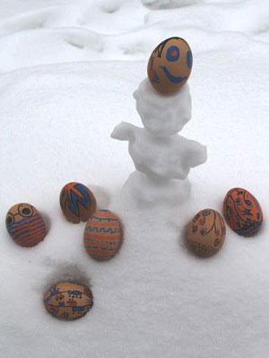 bemalte Ostereier im Schnee