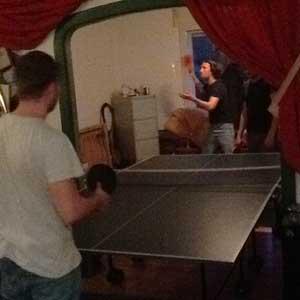 2 Tischtennisspieler im Wohnzimmer
